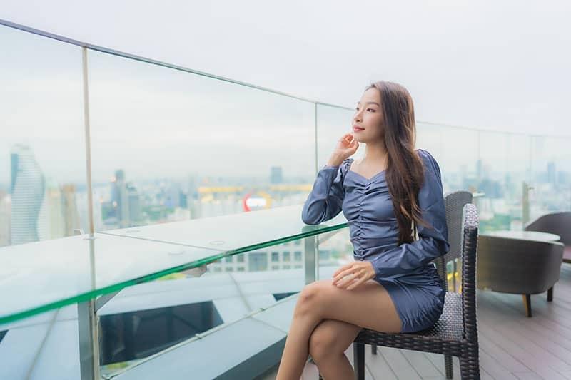 paravientos para terraza con una chica mirando hacia la ciudad
