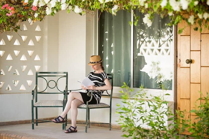 acristalamiento de porches para una chica leyendo un libro