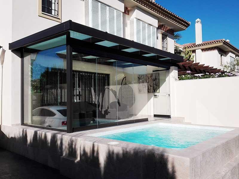 porche acristalado en una casa con piscina