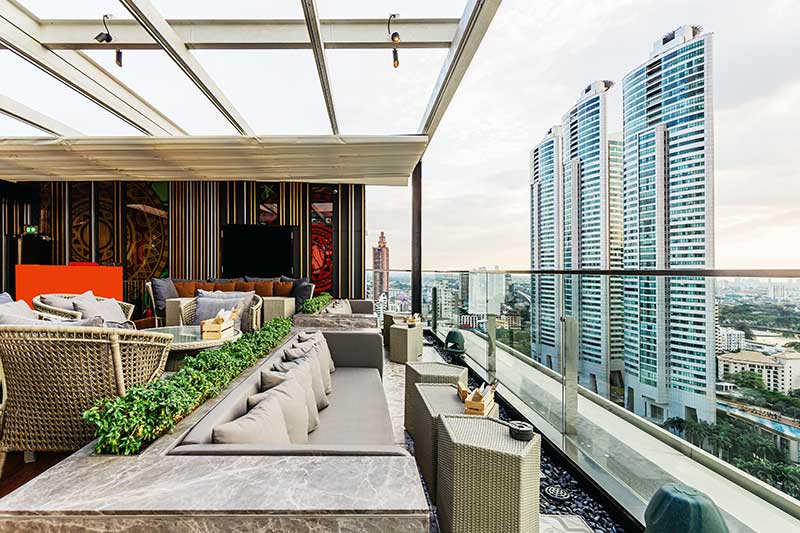 techos moviles para terraza en un edificio con vistas a la ciudad