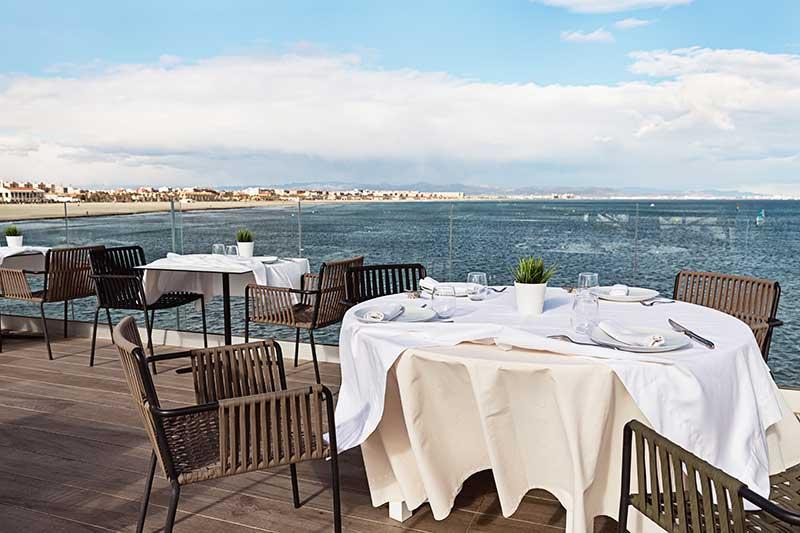 un cerramiento de restaurante al aire libre con vistas al mar