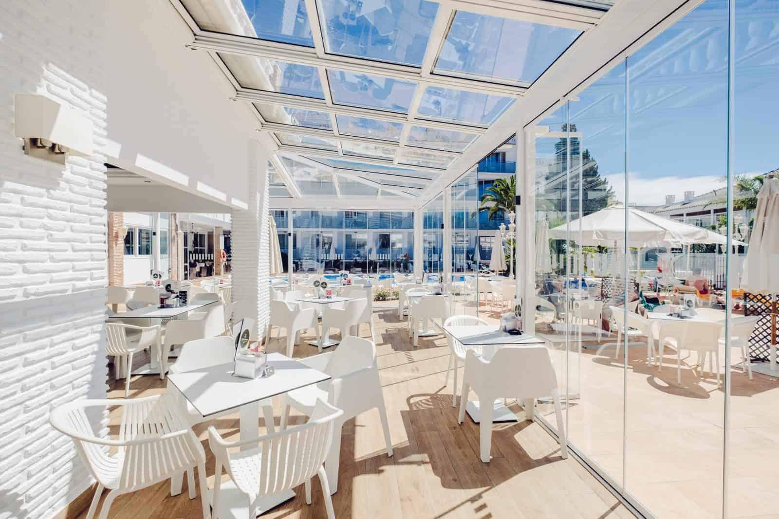cerramiento de terraza para hosteleria en un día soleado