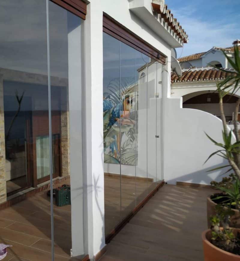 Proyecto de cortina de cristal en la que se crea un nuevo espacio cerrado